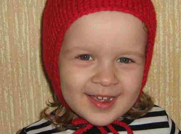 Красная детская шапочка с ушками