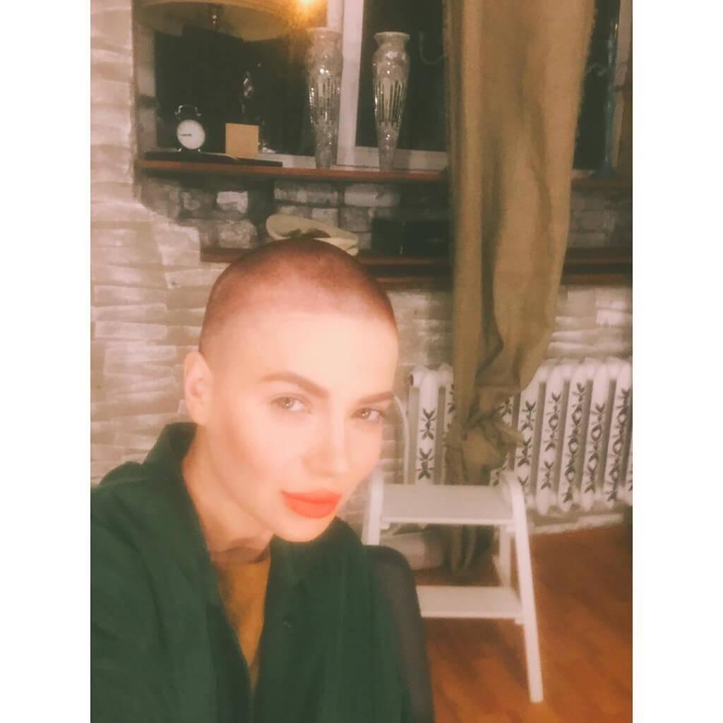 Аннета Уотман постриглась налысо фото