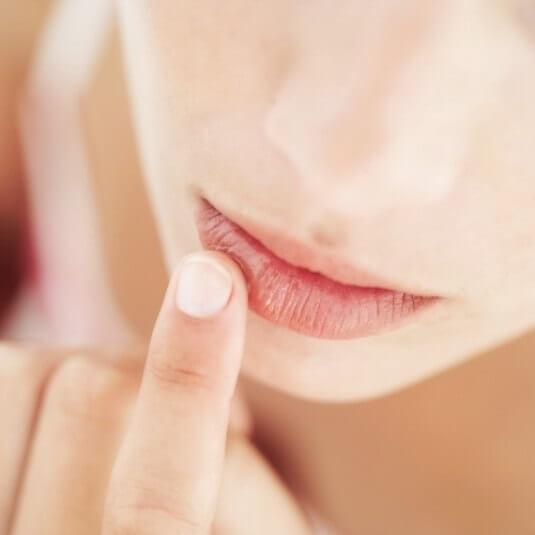 Как сделать сухие губы