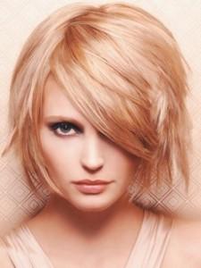 короткие стрижки женские с косой челкой фото