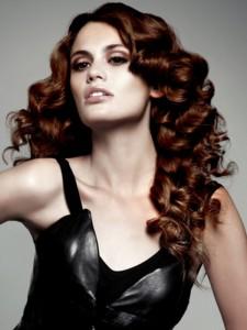 прическа длинные вьющиеся волосы