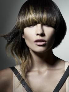 стильные стрижки на средние волосы грибок с удлиненной прядью