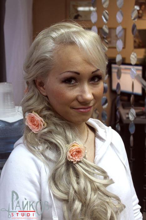 прическа с розами фото
