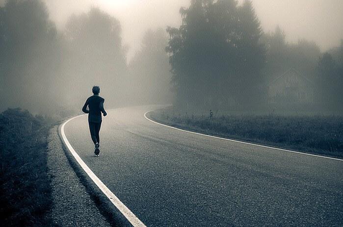 бегущий мужчина