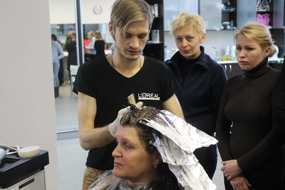Ивайло красит волосы