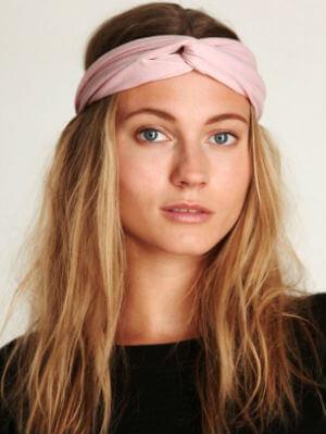 Розовая повязка на голове - легко и просто