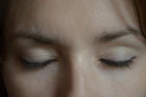 макияж голубых глаз этап 4