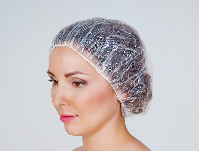 шапочка для душа на волосах