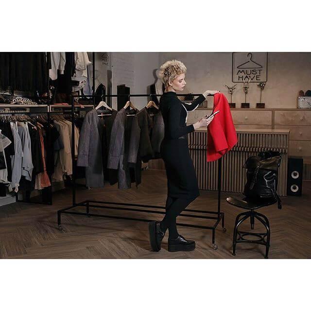 Анета выбирает одежду