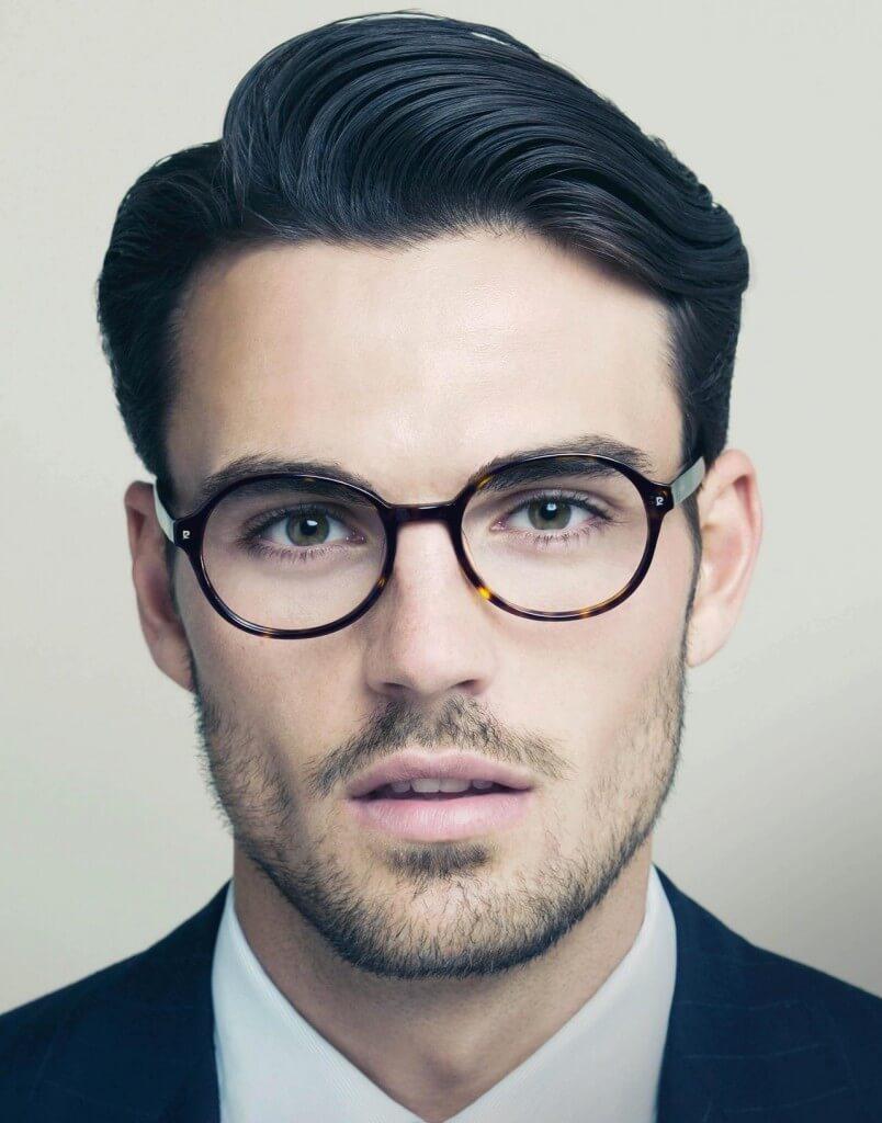 мужчина выглядит интеллигентно