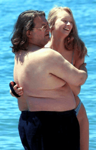 Александр и его молодая супруга на пляже