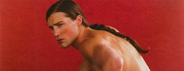 Мужская прическа с выбритыми боками и хвостом