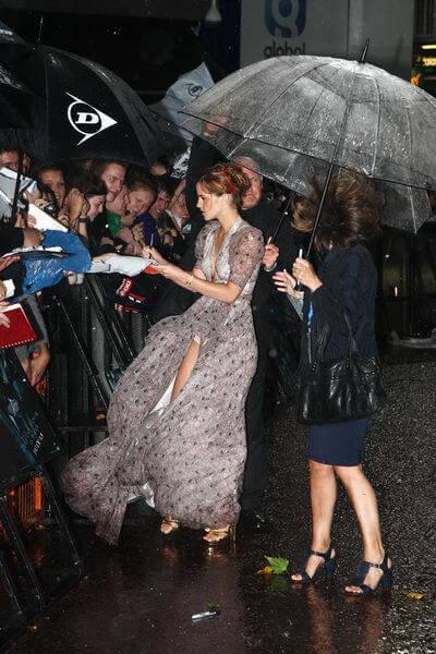 Эмма Уотсон в платье с разрезом фото