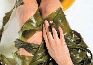 ноги девушки в водорослях