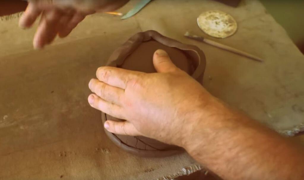 фото скрепления частей цветочного горшка из глины