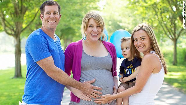 Фото счастливой семьи, воспользовавшиеся услугой суррогатной матери