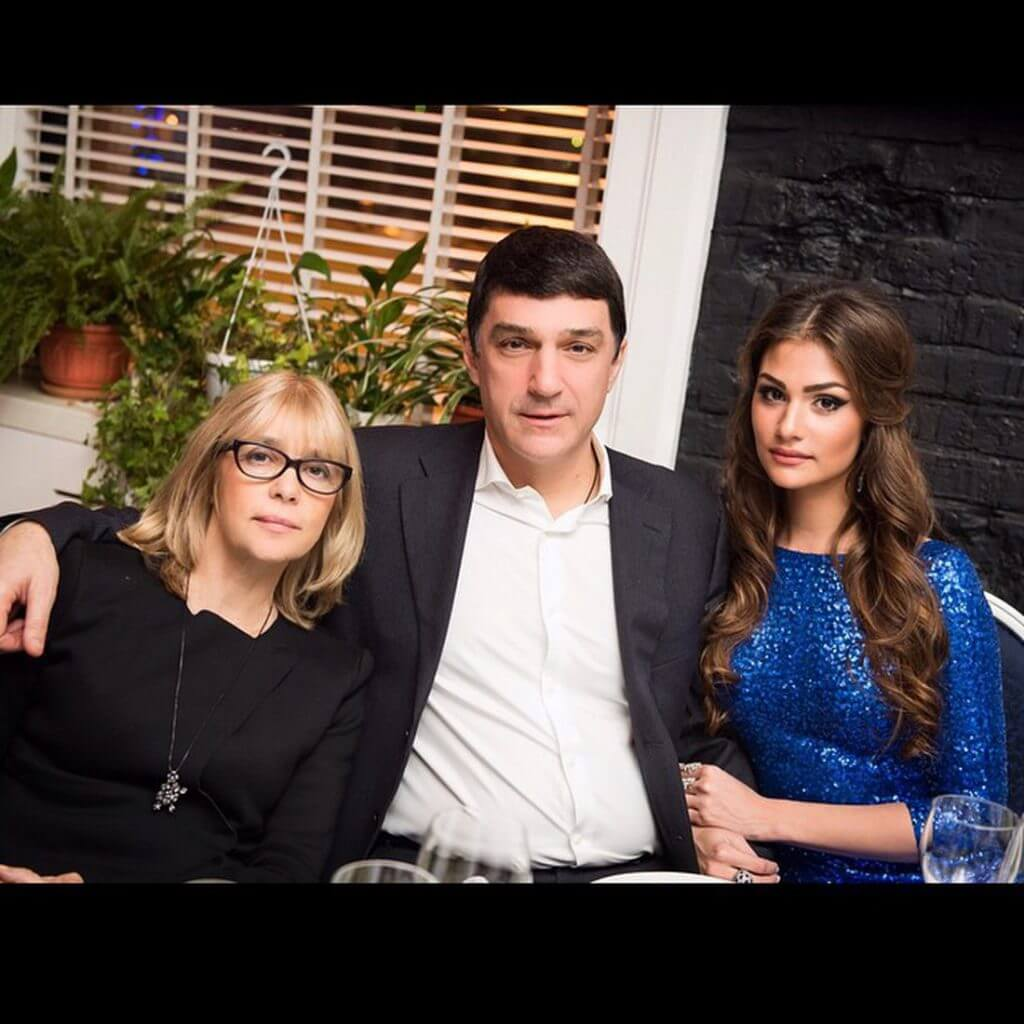 Фото Анастасия Шубская с родителями