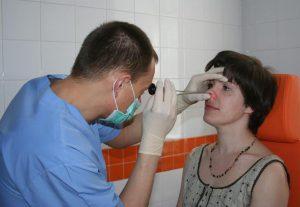 Фото обследование у врача - определение состояние слизистой
