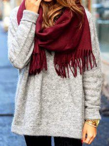Кашемировый серый свитер и вязаный шарф цвета марсала