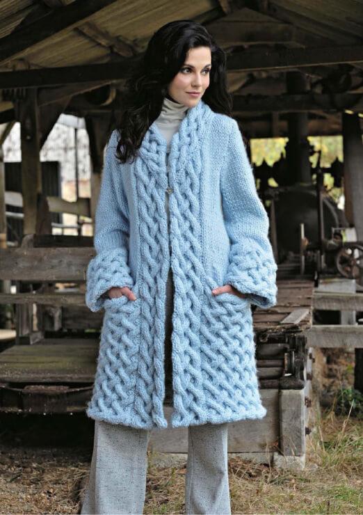 Фото модного вязаного пальто для женщин спицами