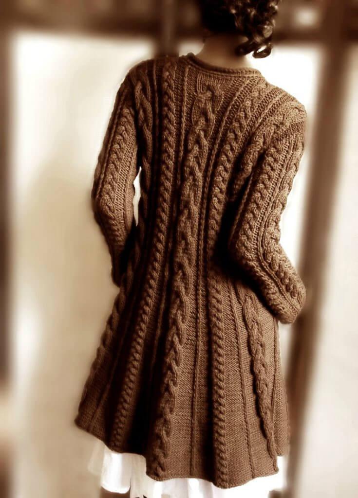 Фото вязаное модное пальто с косами