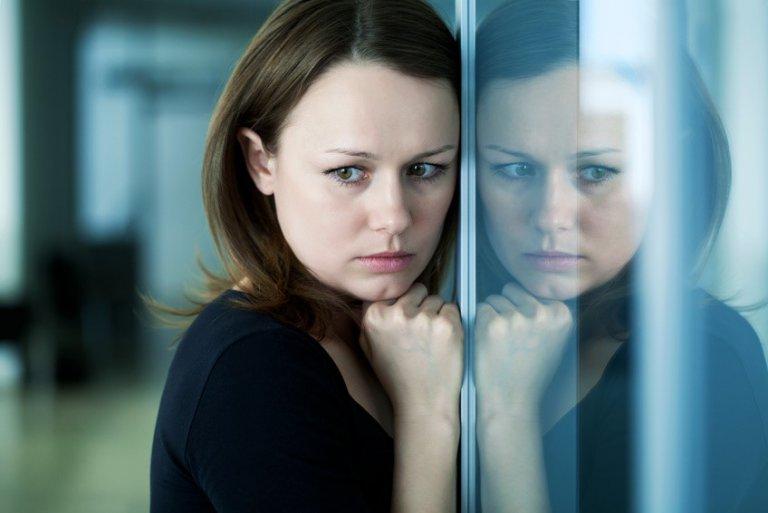 фото девушки с отражение на стекле