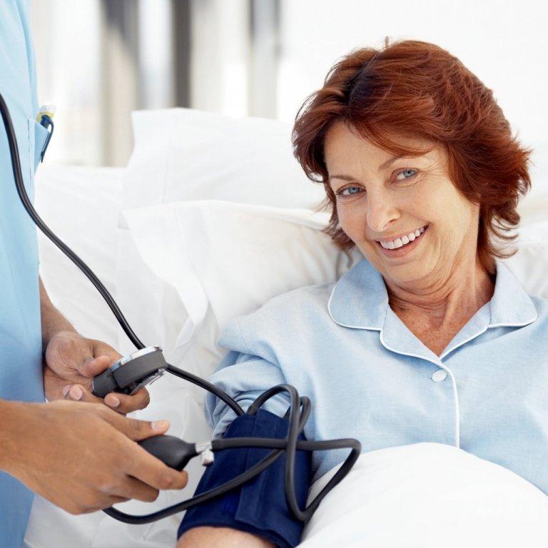 пожилой женщине измеряют давление