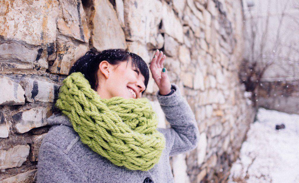 Фото объемный шарф, связанный на руках