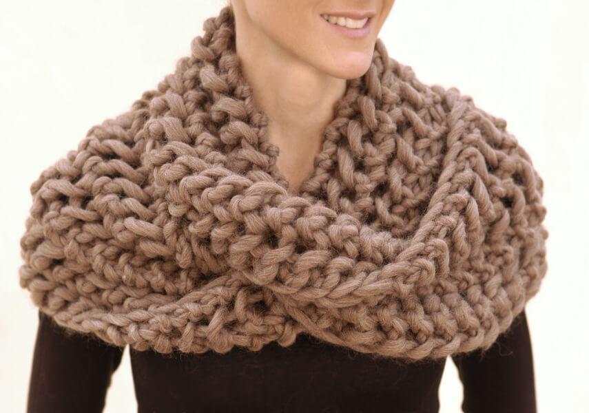 Фото объемный шарф, связанный спицами