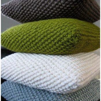 Фото подушки, связанные спицами жемчужным узором