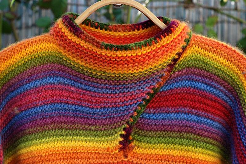 Фото разноцветный джемпер связанный платочной вязкой спицами