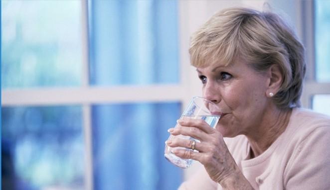 женщина пьет воду фото