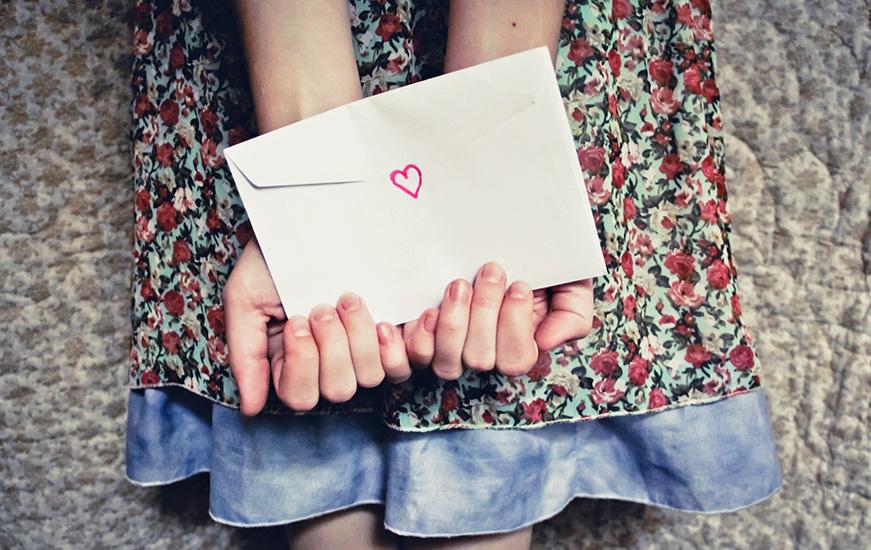 девушка держит письмо