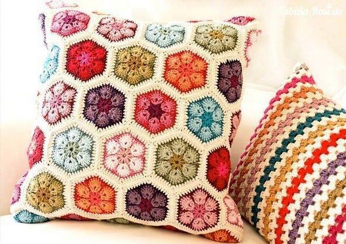 Фото цветы в вязанных подушках крючком