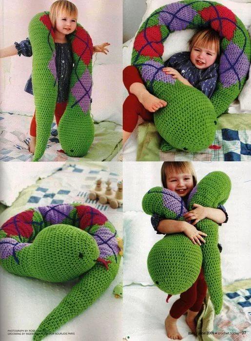 Фото вязанная змея подушка крючком