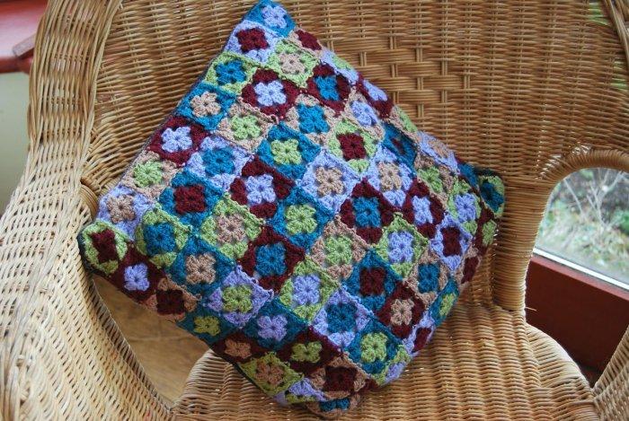 Фото бабушкин квадрат в вязанных подушках крючком