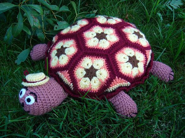 Фото вязанная черепаха подушка крючком