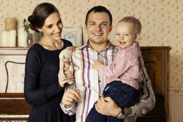 Алексей Янин с женой и ребенком