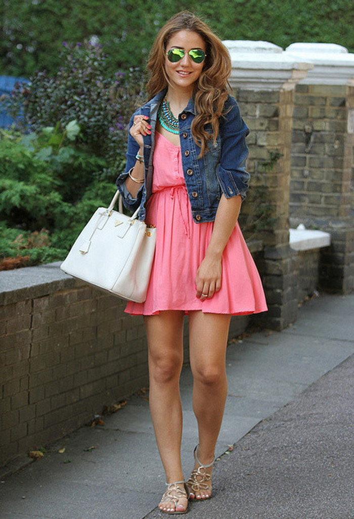 джинсовая куртка и розовое платье