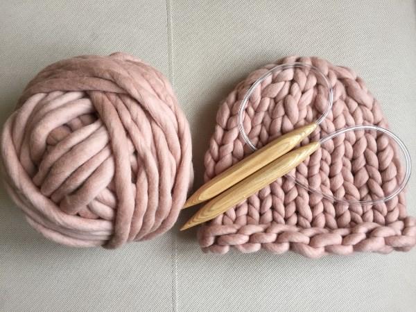 связать шапку из толстой пряжи спицами