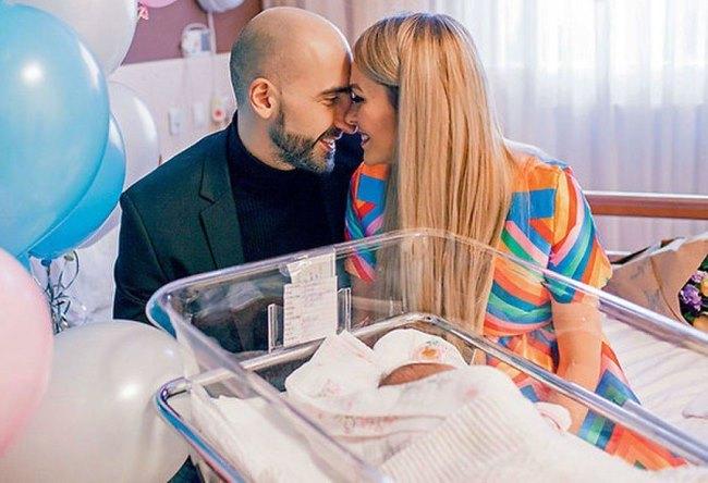 Артур Волков с женой и новорожденной дочкой