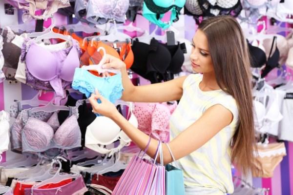 девушка покупает нижнее белье
