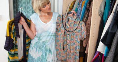 девушка выбирает гардероб