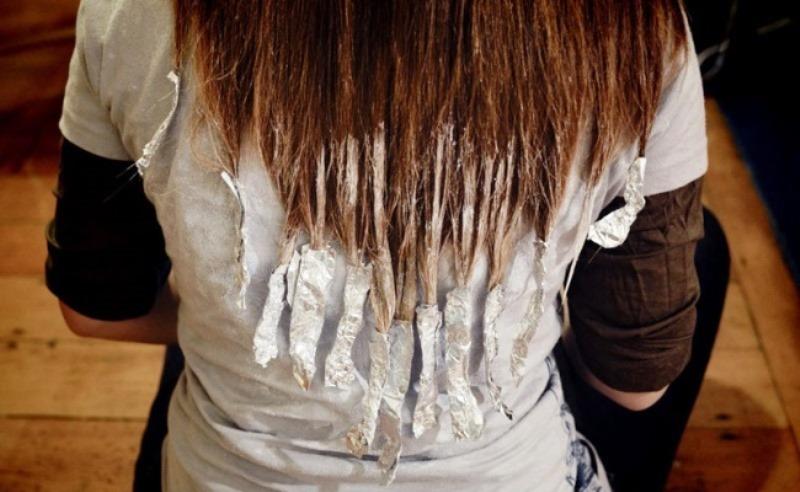 нанести краску для окрашивания на кончики волос