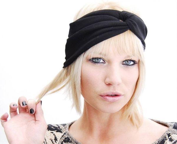 прическа с декоративной повязкой на короткие волосы