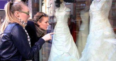 девушки рассматривают свадебные платья