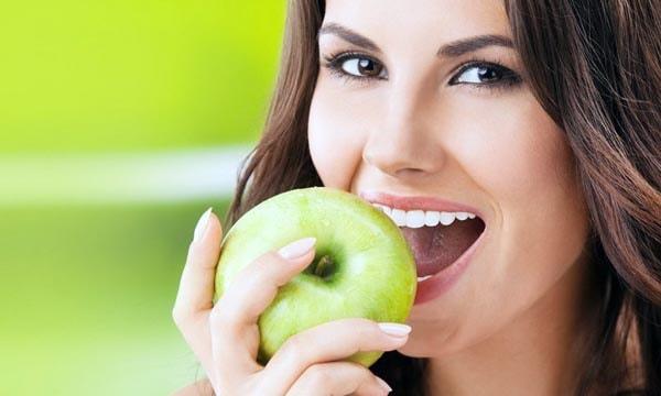 Девушка и яблоко