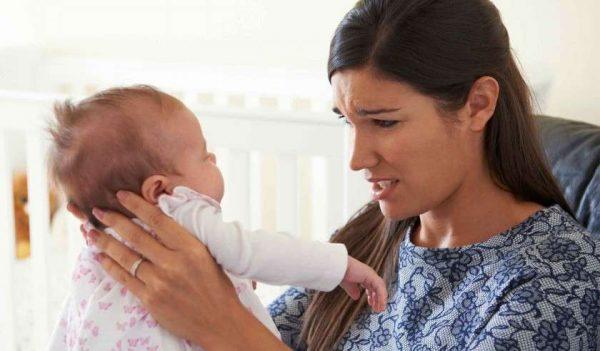 молодая мама держит малыша