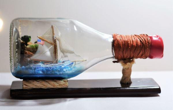 сувенирный корабль в бутылке