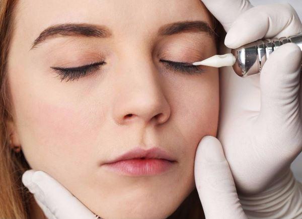 выполнение перманентного макияжа век